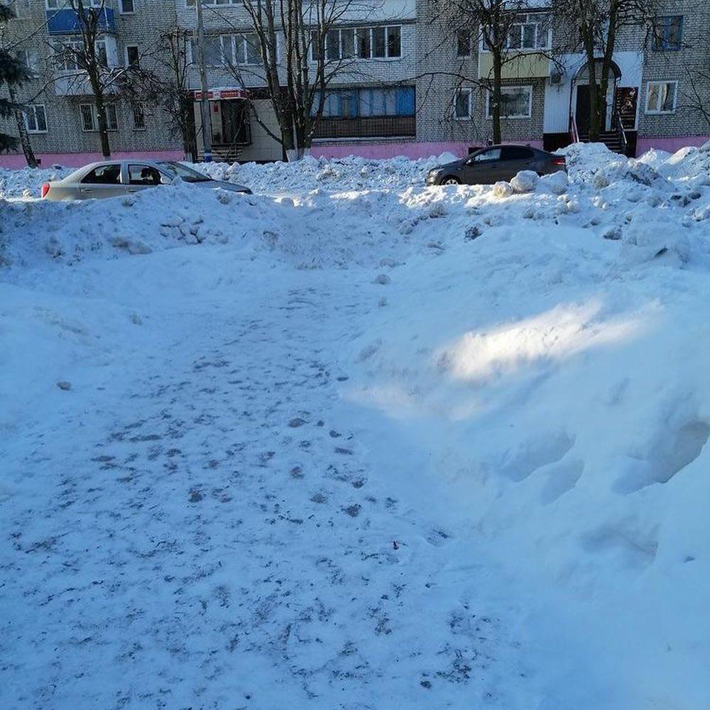 Жительница Ртищева показала снежные завалы на пути в аптеку
