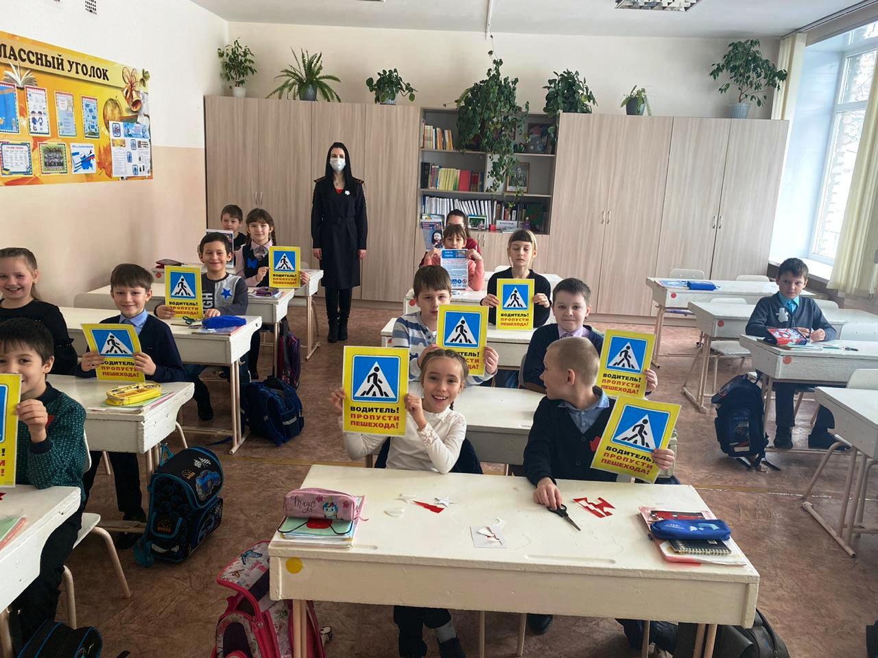 Инспекторы ГИБДД провели для школьников уроки безопасности