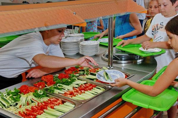 Роспотребнадзор выявил нарушения в организации питания в детских лагерях